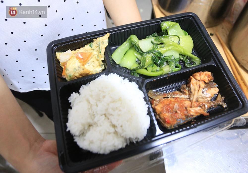 Ấm lòng hàng chục điểm phát cơm miễn phí trong mùa dịch cho người khó khăn ở Đà Nẵng - Ảnh 3.