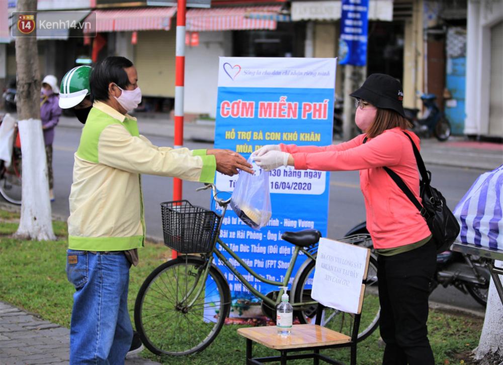 Ấm lòng hàng chục điểm phát cơm miễn phí trong mùa dịch cho người khó khăn ở Đà Nẵng - Ảnh 1.