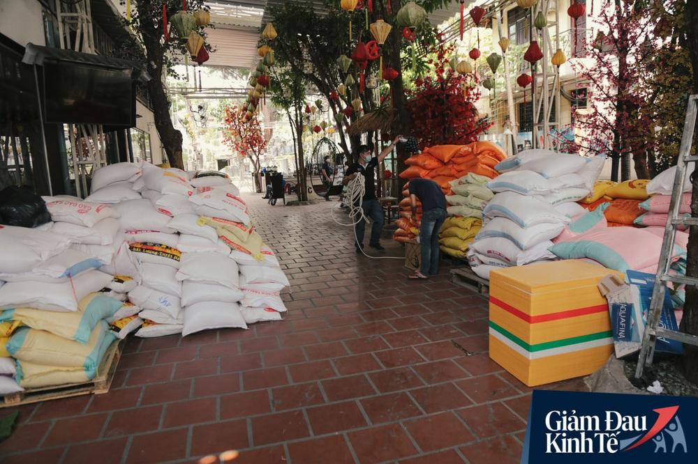Ảnh: Người Sài Gòn ùn ùn chở gạo đến góp, máy ATM cũng nhả gạo như nước cho người nghèo - Ảnh 15.