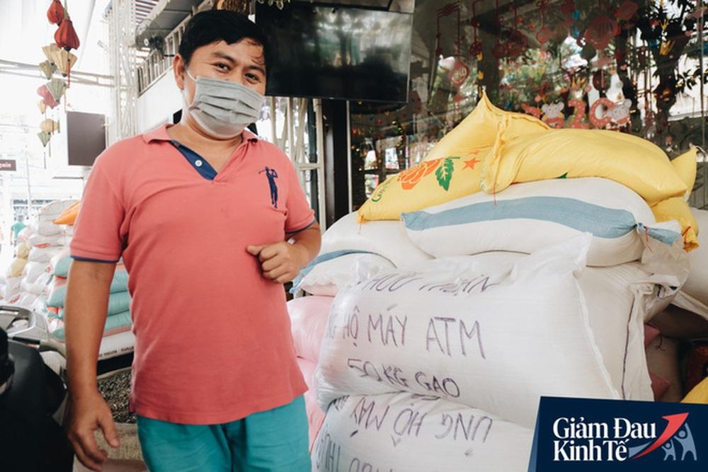 Ảnh: Người Sài Gòn ùn ùn chở gạo đến góp, máy ATM cũng nhả gạo như nước cho người nghèo - Ảnh 7.