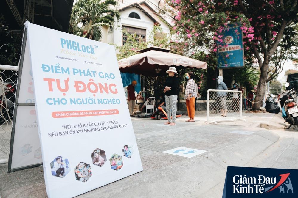 Ảnh: Người Sài Gòn ùn ùn chở gạo đến góp, máy ATM cũng nhả gạo như nước cho người nghèo - Ảnh 2.