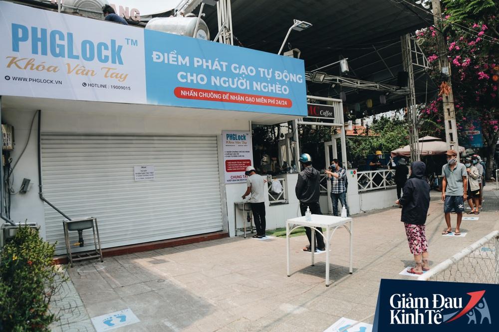 Ảnh: Người Sài Gòn ùn ùn chở gạo đến góp, máy ATM cũng nhả gạo như nước cho người nghèo - Ảnh 1.