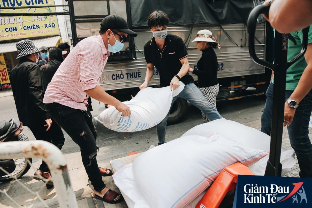 Ảnh: Người Sài Gòn ùn ùn chở gạo đến góp, máy ATM cũng nhả gạo như nước cho người nghèo - Ảnh 6.