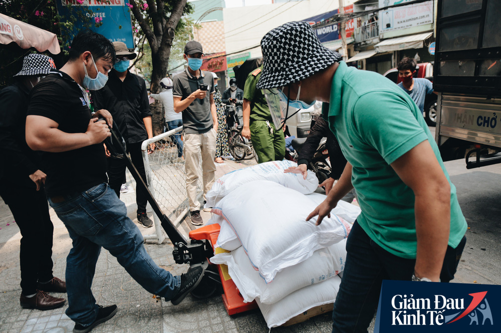 Ảnh: Người Sài Gòn ùn ùn chở gạo đến góp, máy ATM cũng nhả gạo như nước cho người nghèo - Ảnh 8.