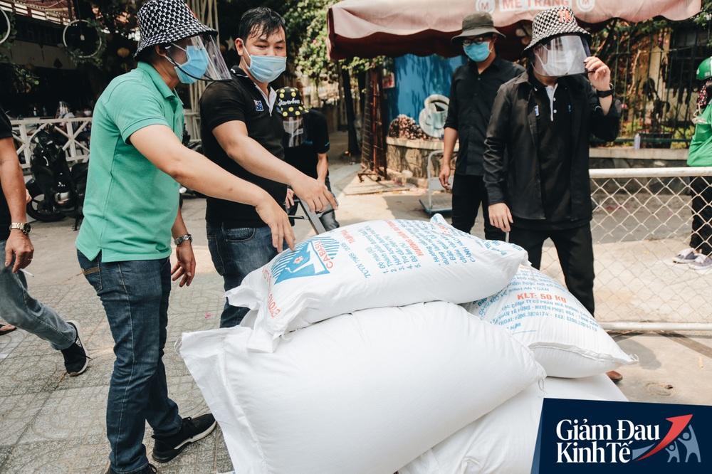 Ảnh: Người Sài Gòn ùn ùn chở gạo đến góp, máy ATM cũng nhả gạo như nước cho người nghèo - Ảnh 9.