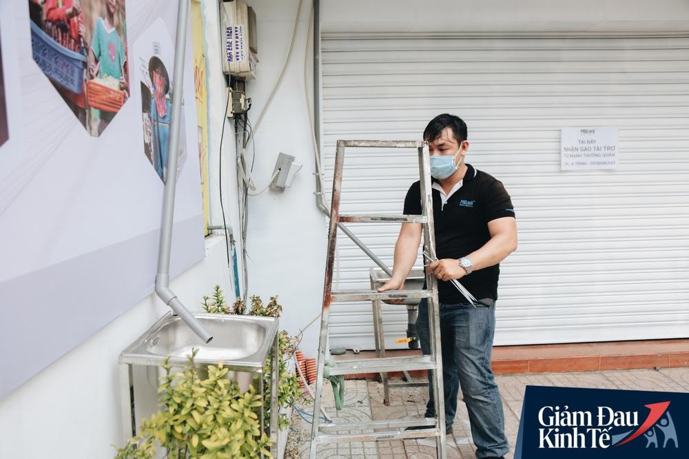 Ảnh: Người Sài Gòn ùn ùn chở gạo đến góp, máy ATM cũng nhả gạo như nước cho người nghèo - Ảnh 17.