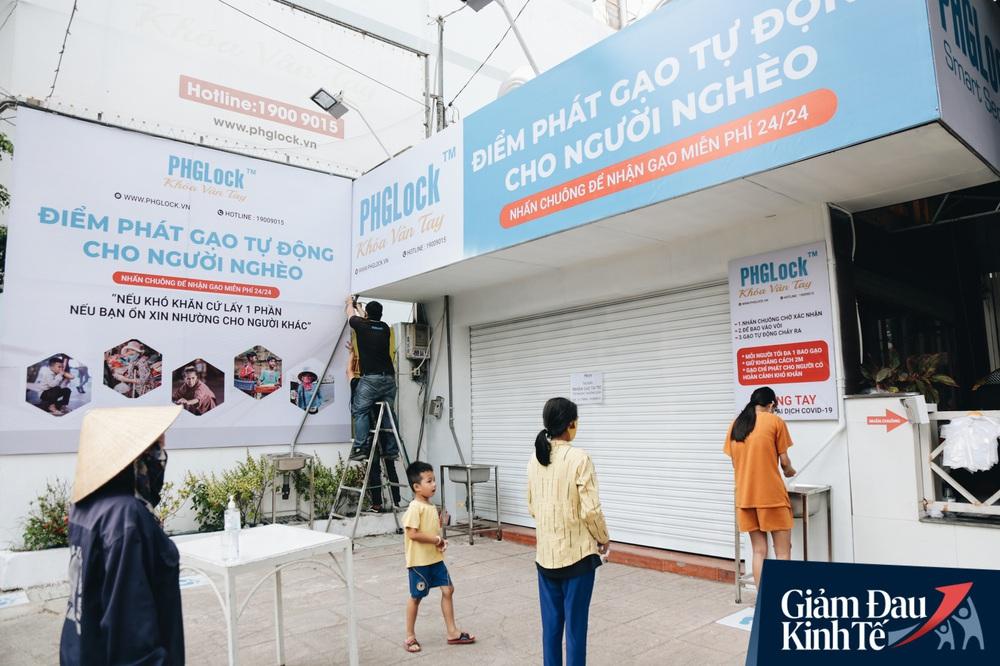 Ảnh: Người Sài Gòn ùn ùn chở gạo đến góp, máy ATM cũng nhả gạo như nước cho người nghèo - Ảnh 16.