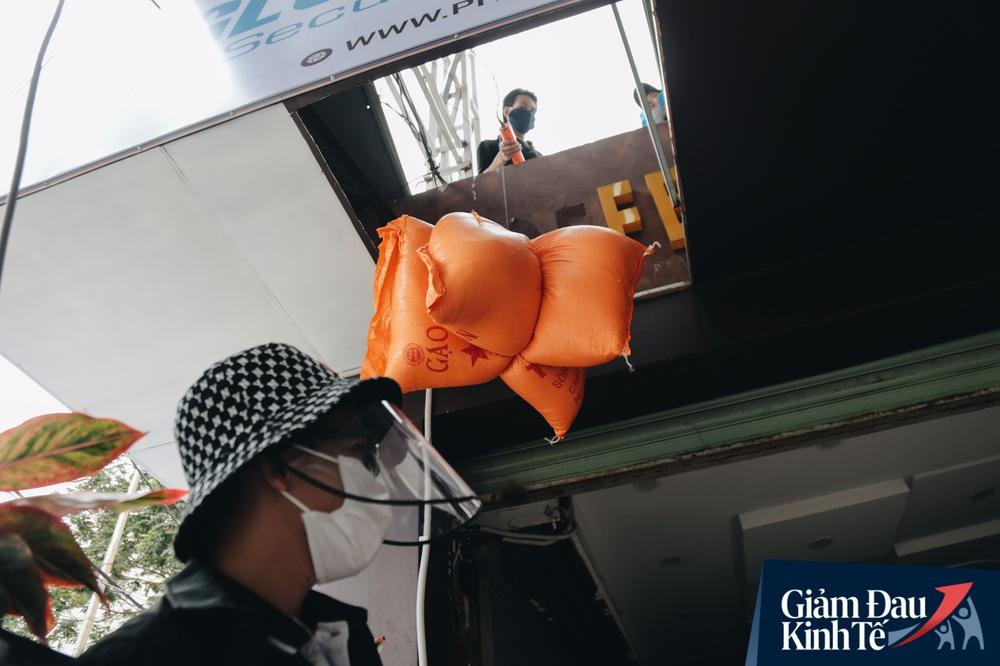 Ảnh: Người Sài Gòn ùn ùn chở gạo đến góp, máy ATM cũng nhả gạo như nước cho người nghèo - Ảnh 14.
