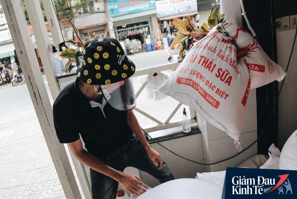 Ảnh: Người Sài Gòn ùn ùn chở gạo đến góp, máy ATM cũng nhả gạo như nước cho người nghèo - Ảnh 13.