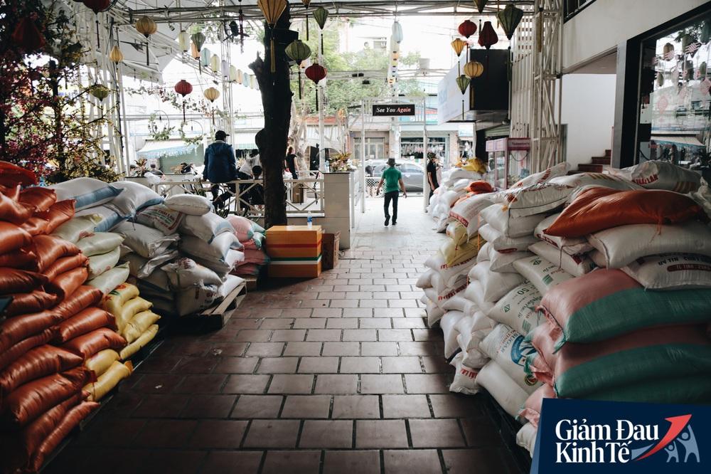 Ảnh: Người Sài Gòn ùn ùn chở gạo đến góp, máy ATM cũng nhả gạo như nước cho người nghèo - Ảnh 12.