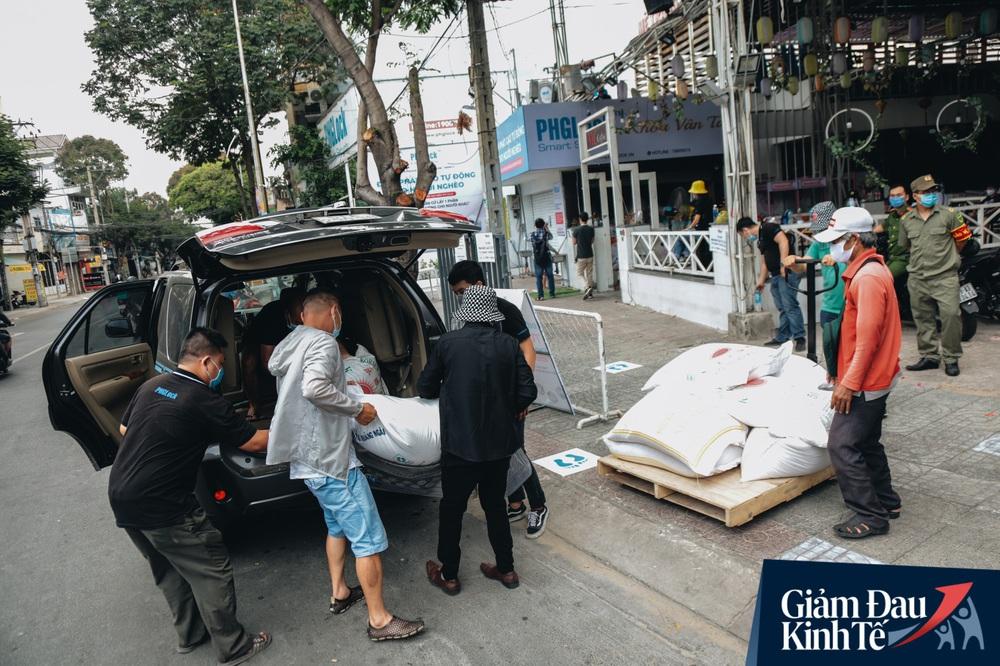 Ảnh: Người Sài Gòn ùn ùn chở gạo đến góp, máy ATM cũng nhả gạo như nước cho người nghèo - Ảnh 4.