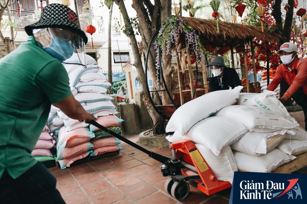 Ảnh: Người Sài Gòn ùn ùn chở gạo đến góp, máy ATM cũng nhả gạo như nước cho người nghèo - Ảnh 10.