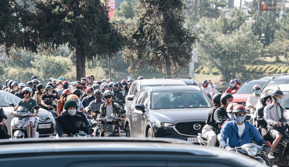 Ngày thứ 3 dịp nghỉ lễ ở Đà Lạt: Vừa ra đường đi chơi, du khách đã nếm mùi kẹt xe nguyên cả buổi sáng - Ảnh 2.