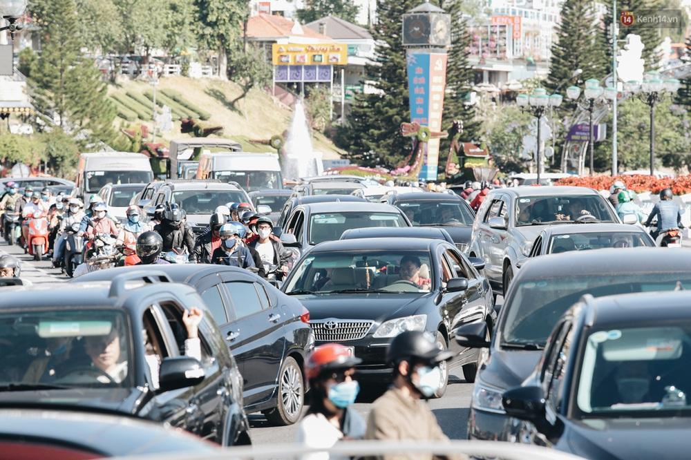 Ngày thứ 3 dịp nghỉ lễ ở Đà Lạt: Vừa ra đường đi chơi, du khách đã nếm mùi kẹt xe nguyên cả buổi sáng - Ảnh 3.