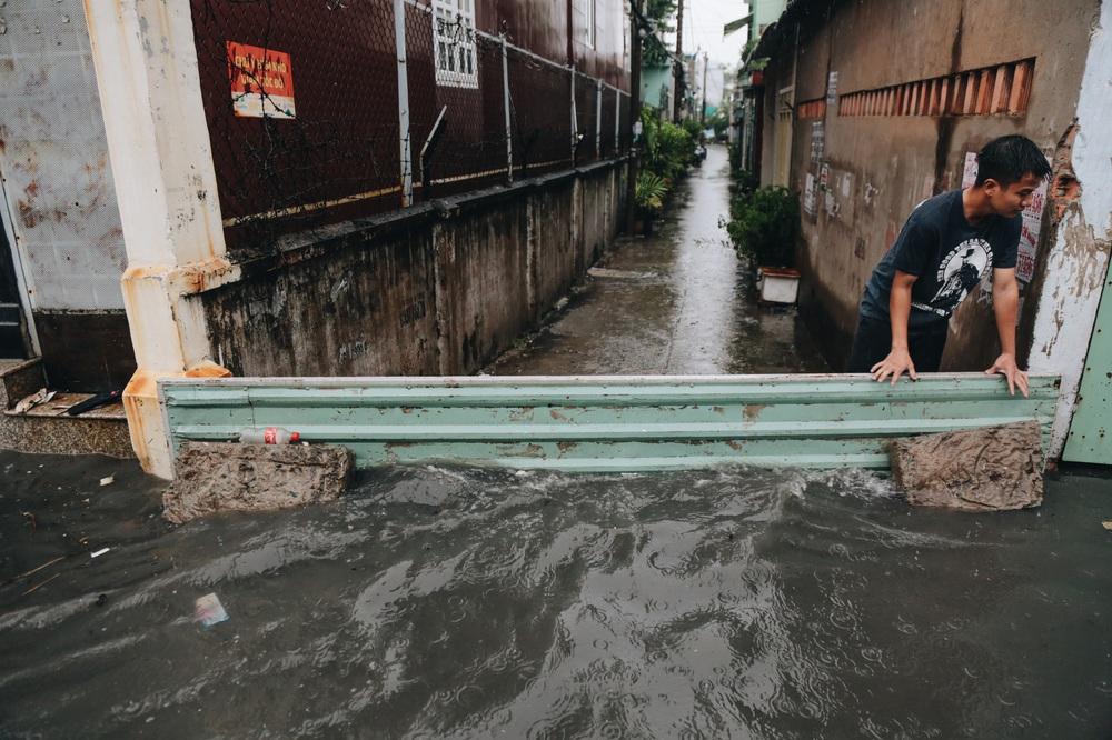 Ảnh: Đường Sài Gòn ngập lút bánh xe khi mưa lớn, người dân té ngã sõng soài - Ảnh 5.