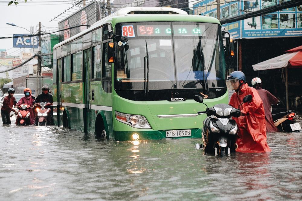 Ảnh: Đường Sài Gòn ngập lút bánh xe khi mưa lớn, người dân té ngã sõng soài - Ảnh 17.