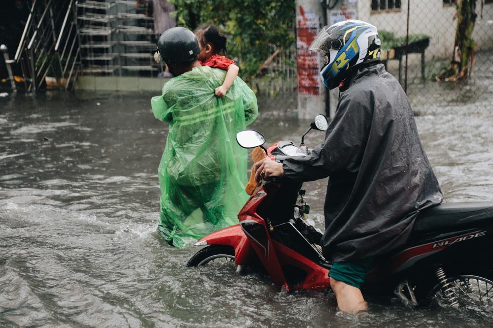 Ảnh: Đường Sài Gòn ngập lút bánh xe khi mưa lớn, người dân té ngã sõng soài - Ảnh 16.