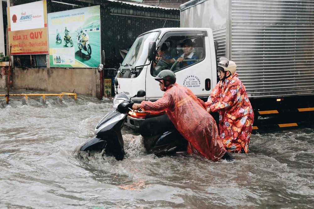 Ảnh: Đường Sài Gòn ngập lút bánh xe khi mưa lớn, người dân té ngã sõng soài - Ảnh 15.