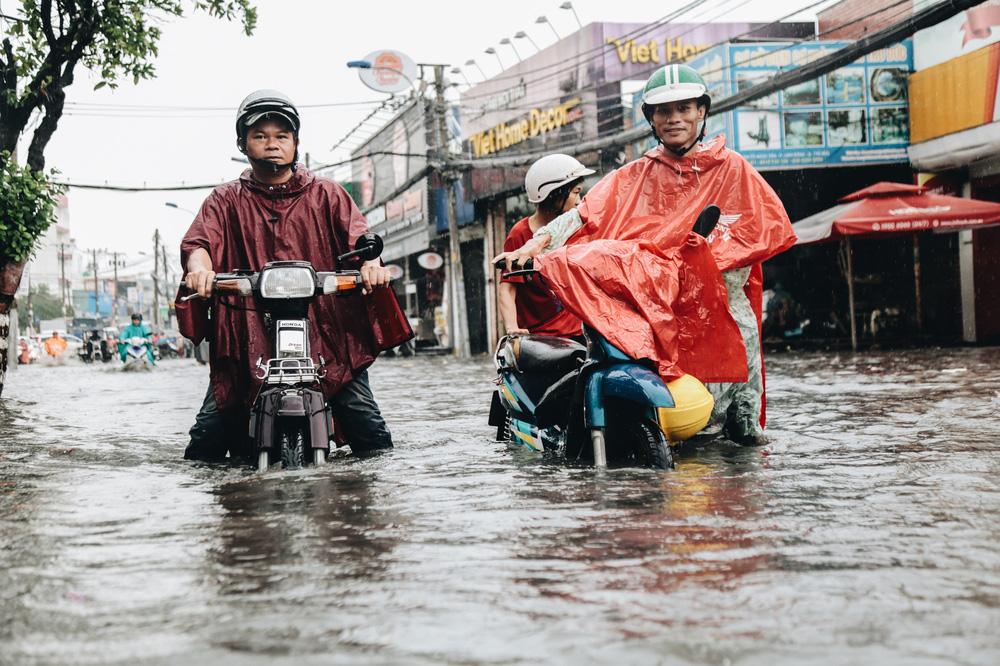 Ảnh: Đường Sài Gòn ngập lút bánh xe khi mưa lớn, người dân té ngã sõng soài - Ảnh 14.