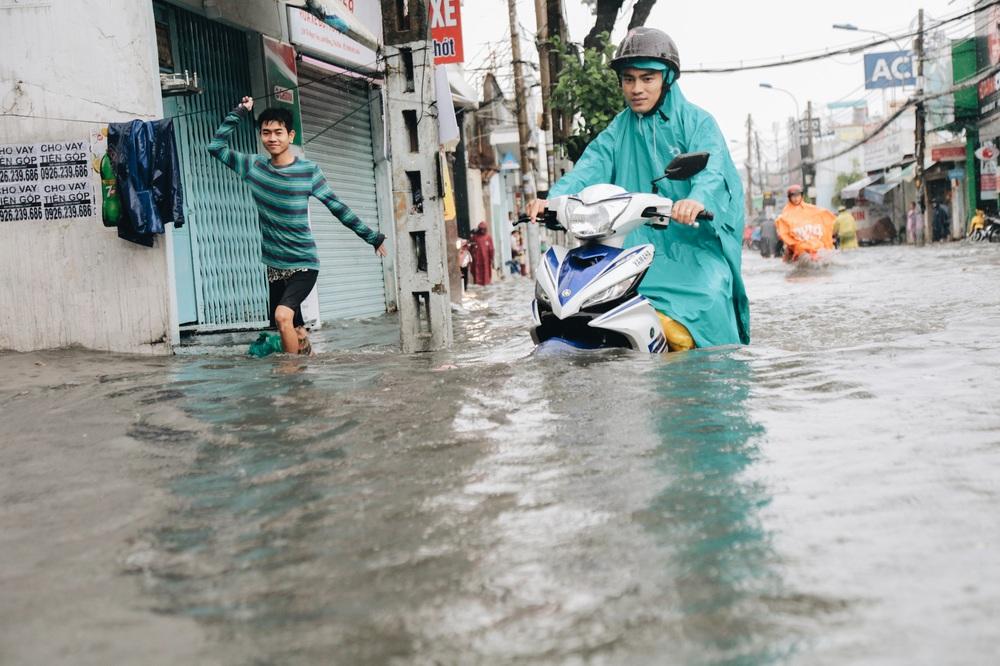 Ảnh: Đường Sài Gòn ngập lút bánh xe khi mưa lớn, người dân té ngã sõng soài - Ảnh 13.