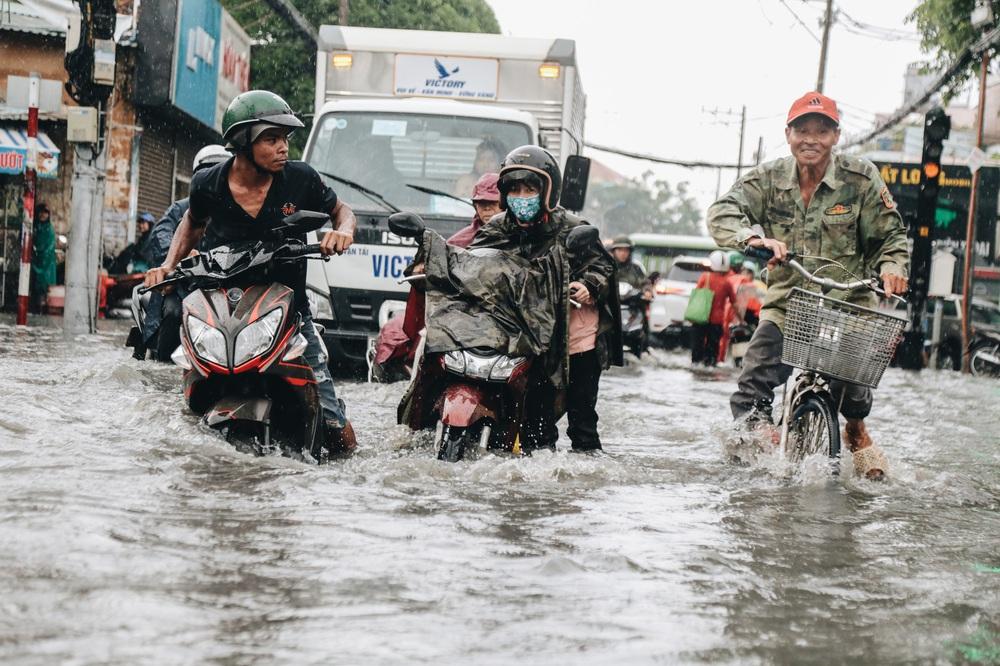 Ảnh: Đường Sài Gòn ngập lút bánh xe khi mưa lớn, người dân té ngã sõng soài - Ảnh 4.