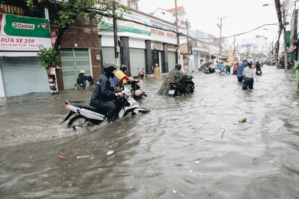 Ảnh: Đường Sài Gòn ngập lút bánh xe khi mưa lớn, người dân té ngã sõng soài - Ảnh 2.