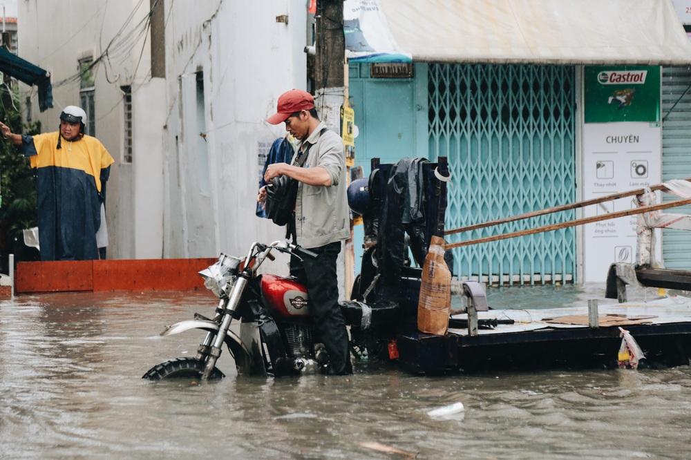 Ảnh: Đường Sài Gòn ngập lút bánh xe khi mưa lớn, người dân té ngã sõng soài - Ảnh 9.