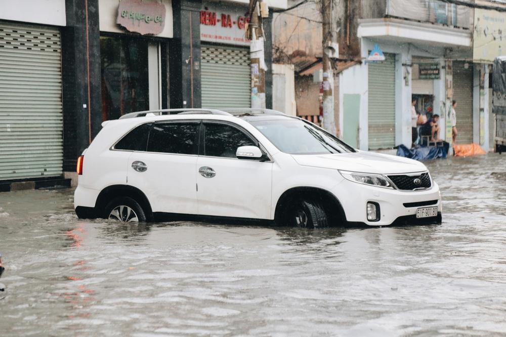 Ảnh: Đường Sài Gòn ngập lút bánh xe khi mưa lớn, người dân té ngã sõng soài - Ảnh 8.