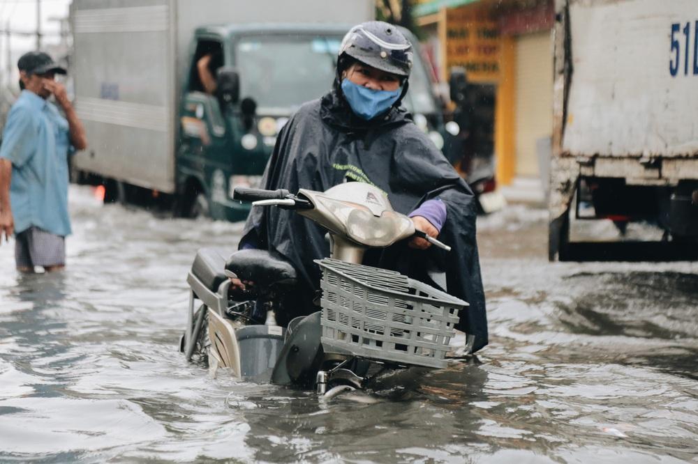 Ảnh: Đường Sài Gòn ngập lút bánh xe khi mưa lớn, người dân té ngã sõng soài - Ảnh 19.