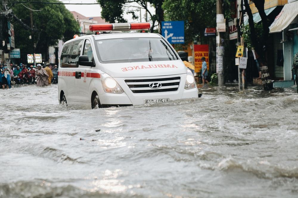 Ảnh: Đường Sài Gòn ngập lút bánh xe khi mưa lớn, người dân té ngã sõng soài - Ảnh 20.