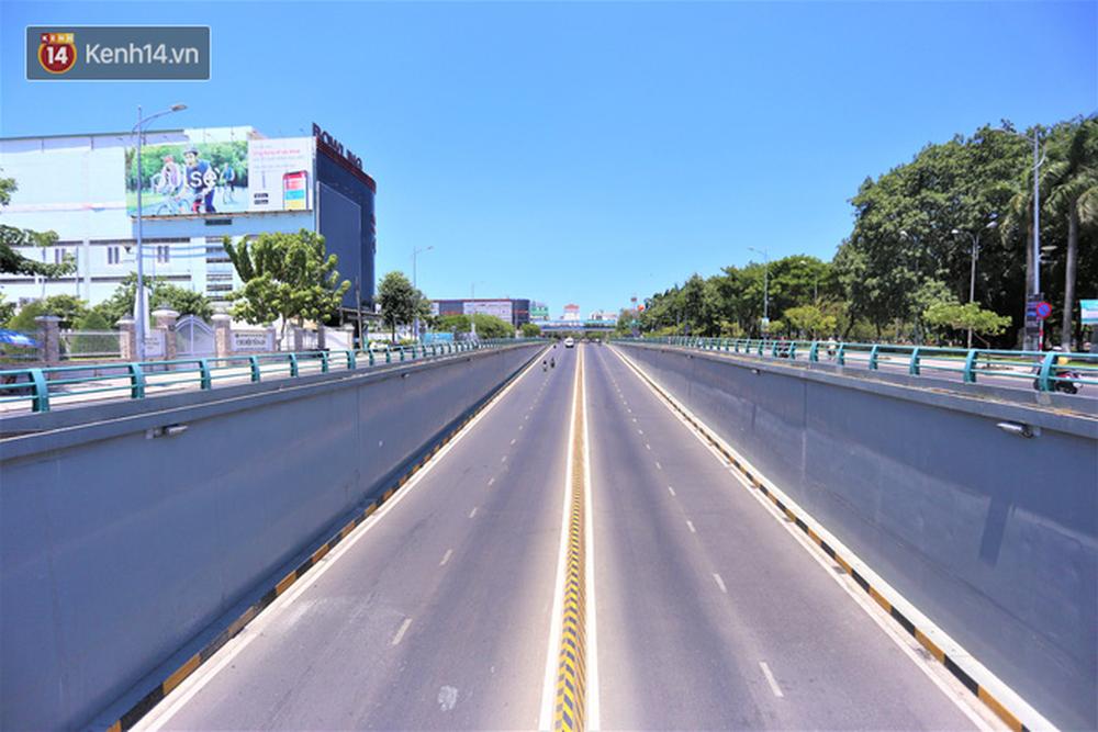 Toàn cảnh Đà Nẵng ngày đầu cách ly xã hội: Bãi biển không bóng người, bến xe dừng hoạt động - Ảnh 6.
