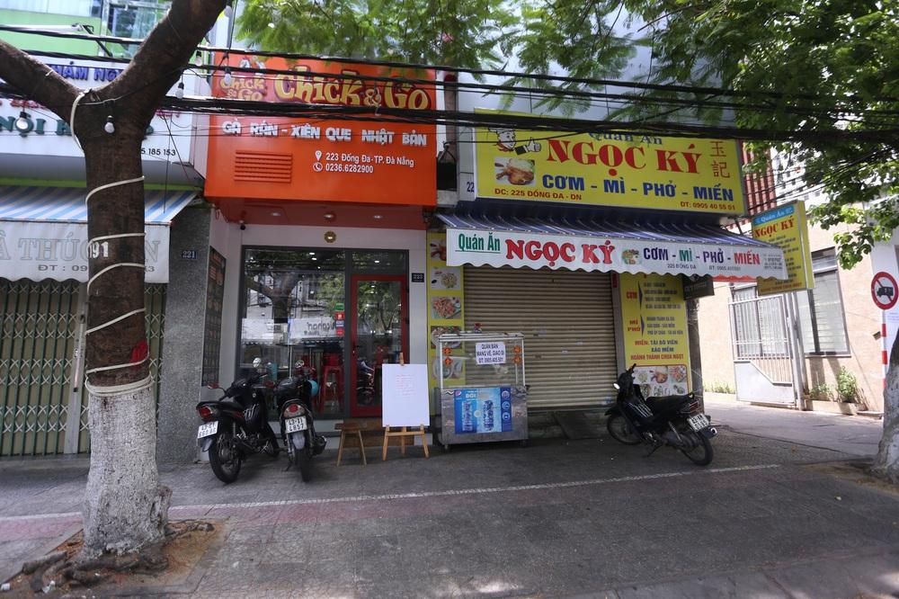 Chùm ảnh: Tất cả hàng quán ở Đà Nẵng chính thức đóng cửa, ngưng cả bán mang về từ 13 giờ chiều nay - Ảnh 1.