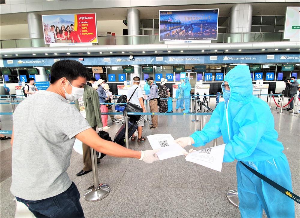 Giám đốc Sở Du lịch đến sân bay tiễn hàng trăm du khách bị mắc kẹt do dịch Covid-19 rời Đà Nẵng - Ảnh 11.