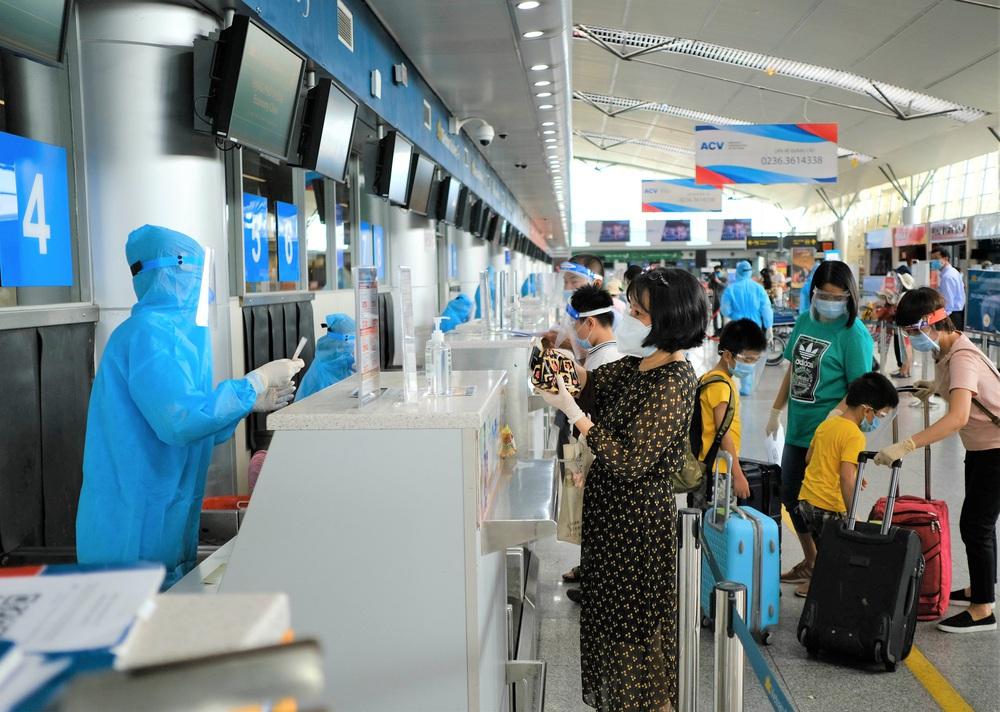 Giám đốc Sở Du lịch đến sân bay tiễn hàng trăm du khách bị mắc kẹt do dịch Covid-19 rời Đà Nẵng - Ảnh 2.