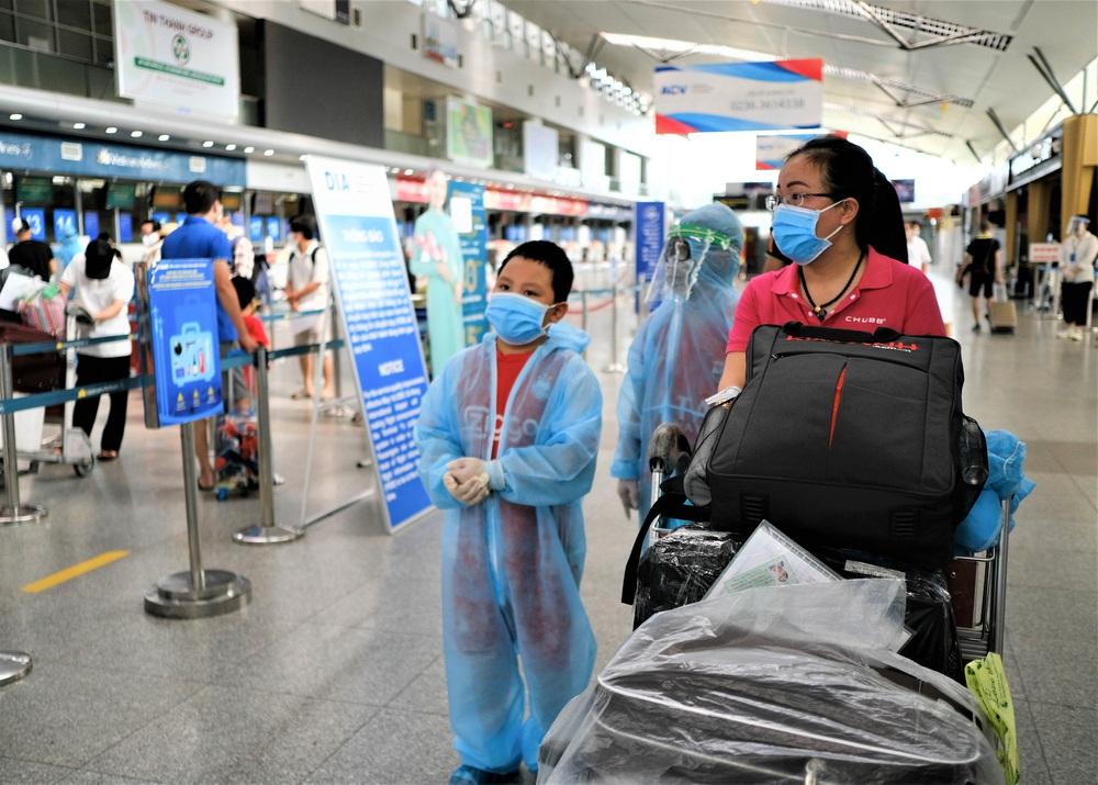 Giám đốc Sở Du lịch đến sân bay tiễn hàng trăm du khách bị mắc kẹt do dịch Covid-19 rời Đà Nẵng - Ảnh 1.