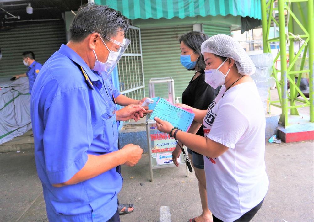Ảnh: Ngày đầu người dân Đà Nẵng thực hiện đi chợ bằng phiếu ngày chẵn lẻ - Ảnh 5.