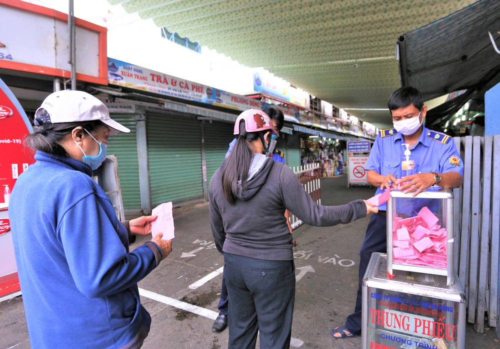 Ảnh: Ngày đầu người dân Đà Nẵng thực hiện đi chợ bằng phiếu ngày chẵn lẻ - Ảnh 4.