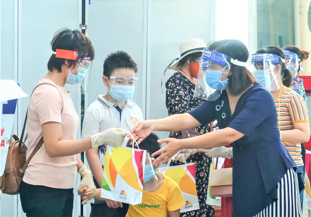 Giám đốc Sở Du lịch đến sân bay tiễn hàng trăm du khách bị mắc kẹt do dịch Covid-19 rời Đà Nẵng - Ảnh 8.