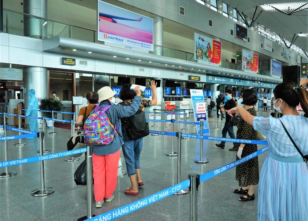 Giám đốc Sở Du lịch đến sân bay tiễn hàng trăm du khách bị mắc kẹt do dịch Covid-19 rời Đà Nẵng - Ảnh 14.