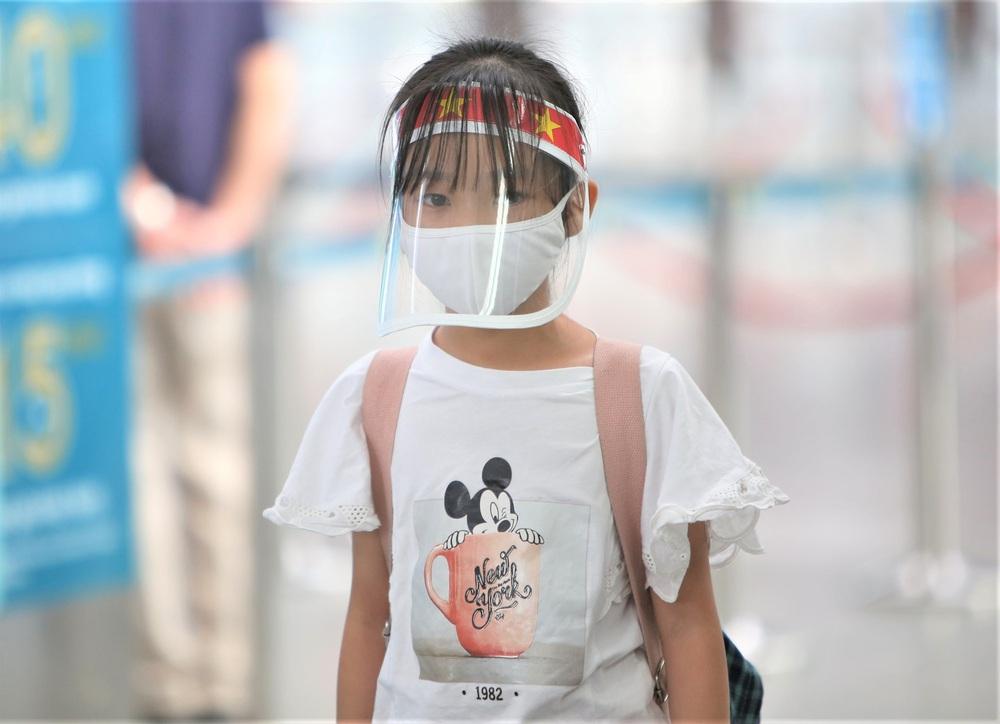 Giám đốc Sở Du lịch đến sân bay tiễn hàng trăm du khách bị mắc kẹt do dịch Covid-19 rời Đà Nẵng - Ảnh 6.