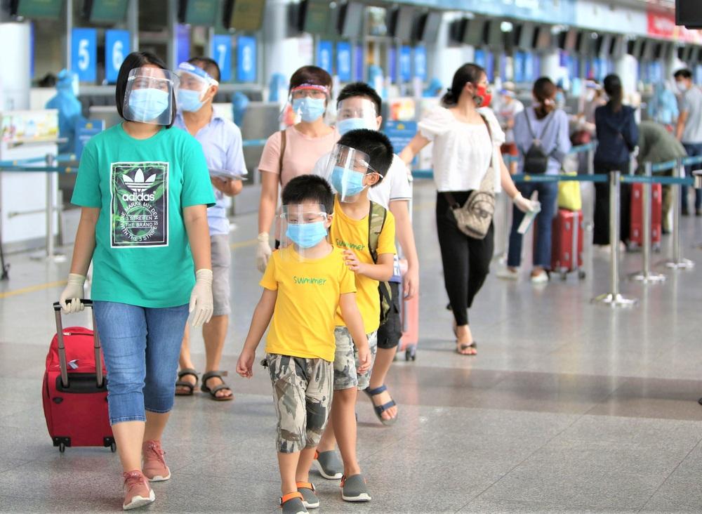 Giám đốc Sở Du lịch đến sân bay tiễn hàng trăm du khách bị mắc kẹt do dịch Covid-19 rời Đà Nẵng - Ảnh 5.