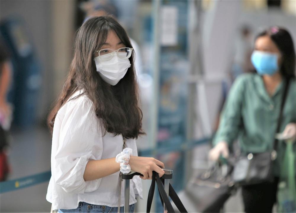 Giám đốc Sở Du lịch đến sân bay tiễn hàng trăm du khách bị mắc kẹt do dịch Covid-19 rời Đà Nẵng - Ảnh 4.