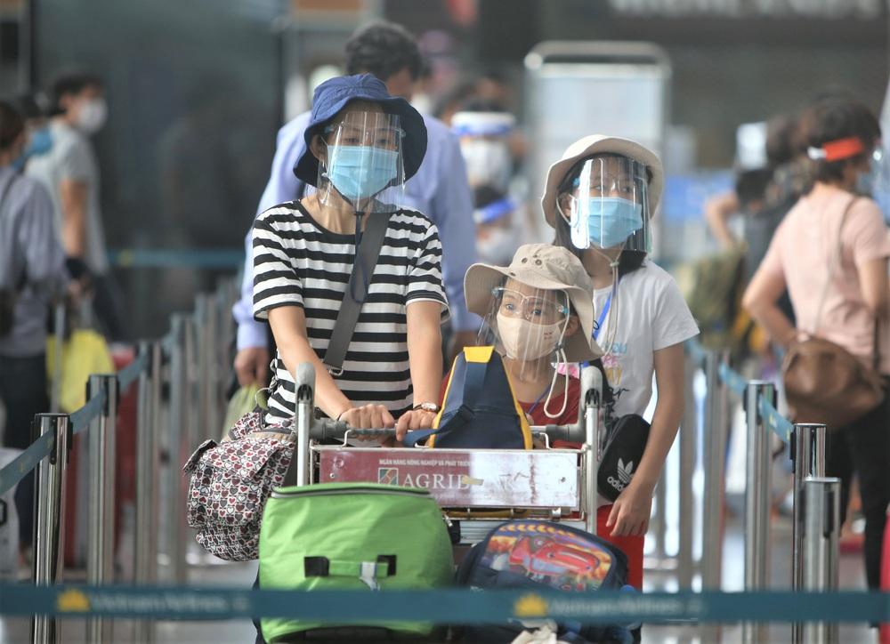 Giám đốc Sở Du lịch đến sân bay tiễn hàng trăm du khách bị mắc kẹt do dịch Covid-19 rời Đà Nẵng - Ảnh 13.