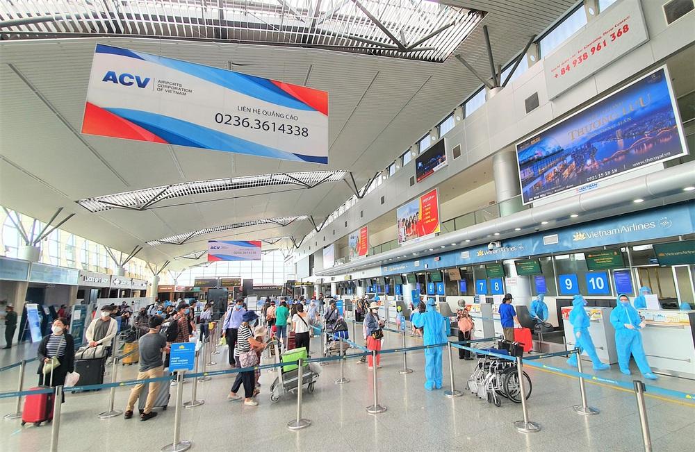Giám đốc Sở Du lịch đến sân bay tiễn hàng trăm du khách bị mắc kẹt do dịch Covid-19 rời Đà Nẵng - Ảnh 7.