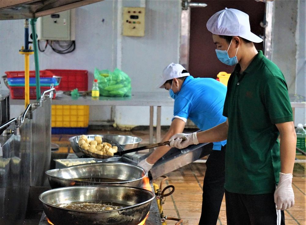 Người Đà Nẵng nấu hàng nghìn suất ăn VIP phục vụ miễn phí 3 Bệnh viện đang bị cách ly  - Ảnh 1.
