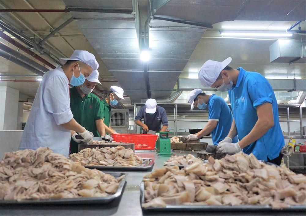 Người Đà Nẵng nấu hàng nghìn suất ăn VIP phục vụ miễn phí 3 Bệnh viện đang bị cách ly  - Ảnh 2.