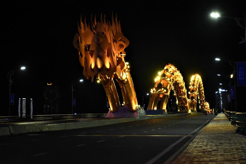 Những con phố lặng thinh trong đêm cuối tuần cách ly xã hội ở Đà Nẵng - Ảnh 7.