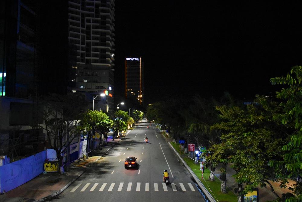 Những con phố lặng thinh trong đêm cuối tuần cách ly xã hội ở Đà Nẵng - Ảnh 6.