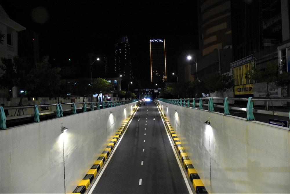 Những con phố lặng thinh trong đêm cuối tuần cách ly xã hội ở Đà Nẵng - Ảnh 1.