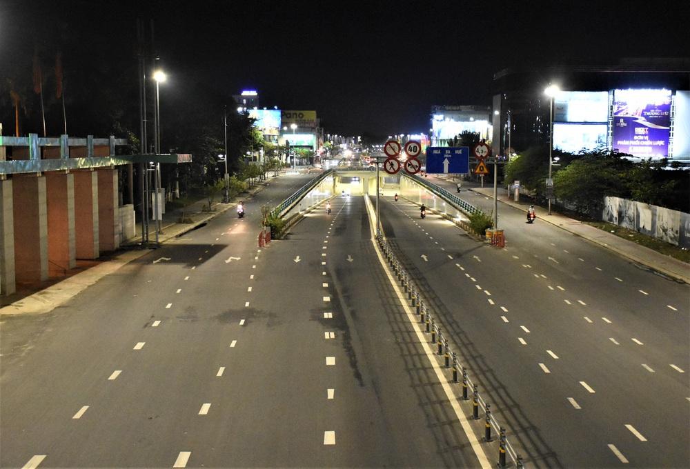 Những con phố lặng thinh trong đêm cuối tuần cách ly xã hội ở Đà Nẵng - Ảnh 5.